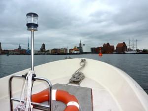 Bootsfahrschule-Likedeeler-Stralsund-Sportbootführerschein-Ausbildung-Praxis-Fahren lernen im Hafen von Stralsund